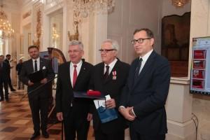 Pietro Rogacien tra il presidente del Senato Stanisław Karczewski e il presidente dell'IPN Jarosław Szarek (foto Piotr Życieński)